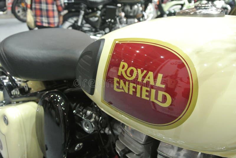 ROYAL ENFIELD摩托车品牌与摩托车车身标志 免版税图库摄影