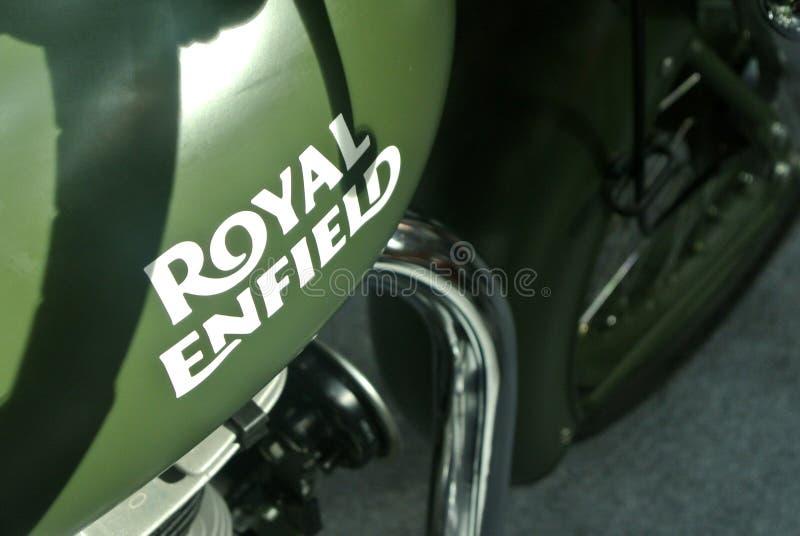 ROYAL ENFIELD摩托车品牌与摩托车车身标志 免版税库存图片