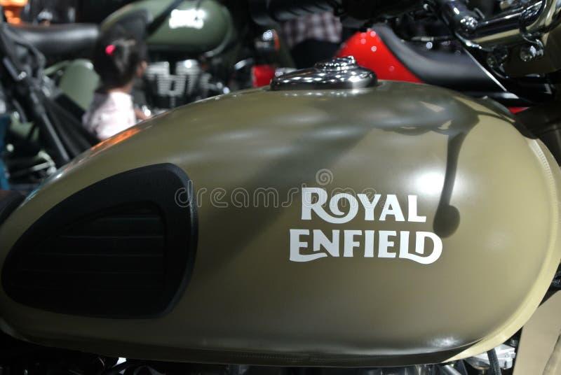 ROYAL ENFIELD motorfietsmerk en logo's bij motorfietscarrosserie stock afbeelding