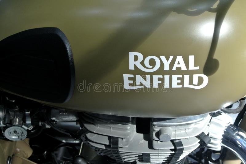 ROYAL ENFIELD motorfietsmerk en logo's bij motorfietscarrosserie royalty-vrije stock afbeelding