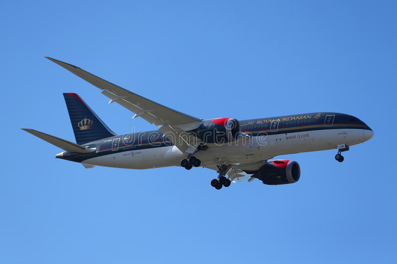 Royal Jordanian Airlines Boeing 787 Dreamliner desce aterrando no aeroporto internacional de JFK em New York imagem de stock