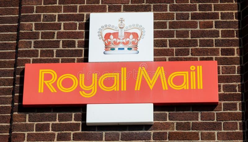 Royal Mail logo med kronan som monteras på tegelstenväggen av ett sortera kontor Widnes April 2019 arkivfoto