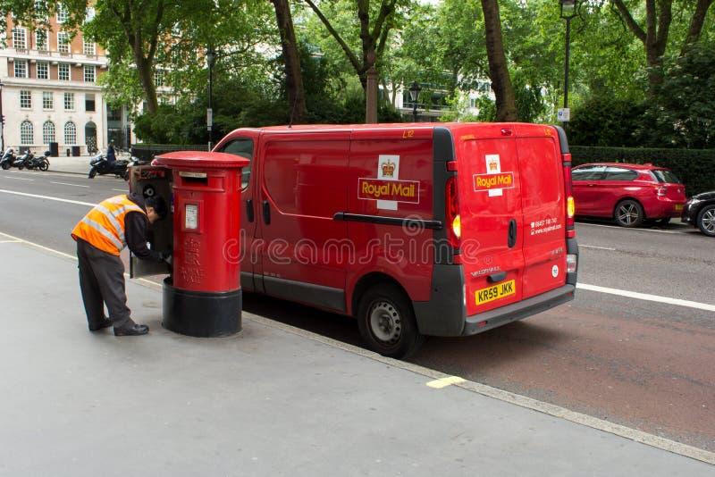 Royal Mail man att samla stolpen royaltyfria foton