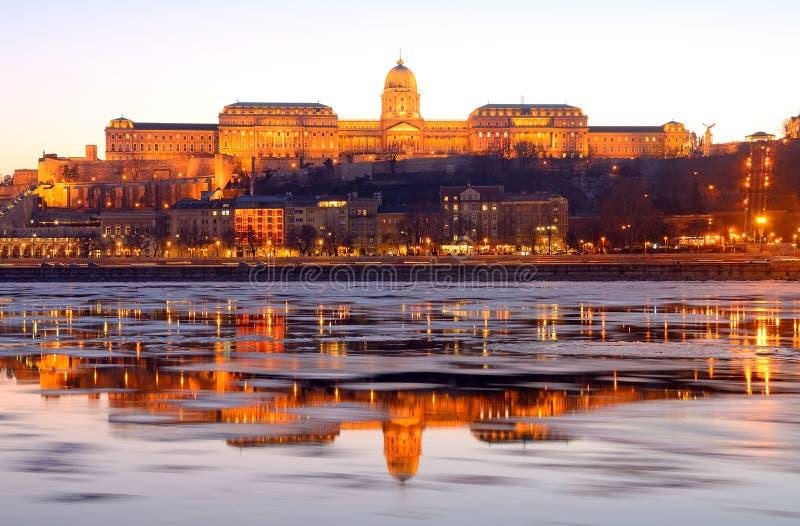 Royal Palace al tramonto sopra il Danubio ghiacciato, Budapest, immagini stock libere da diritti