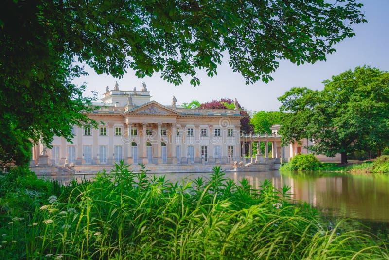 Royal Palace auf dem Wasser in Lazienki parken in Warschau Polen stockbild