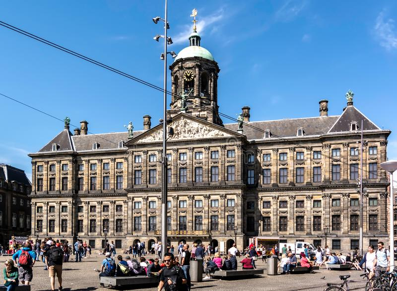 Royal Palace av Amsterdam på fördämningen kvadrerar fotografering för bildbyråer