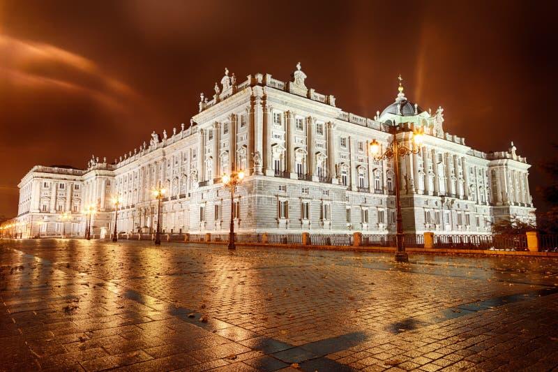 Royal Palace av Madrid på natten arkivfoto