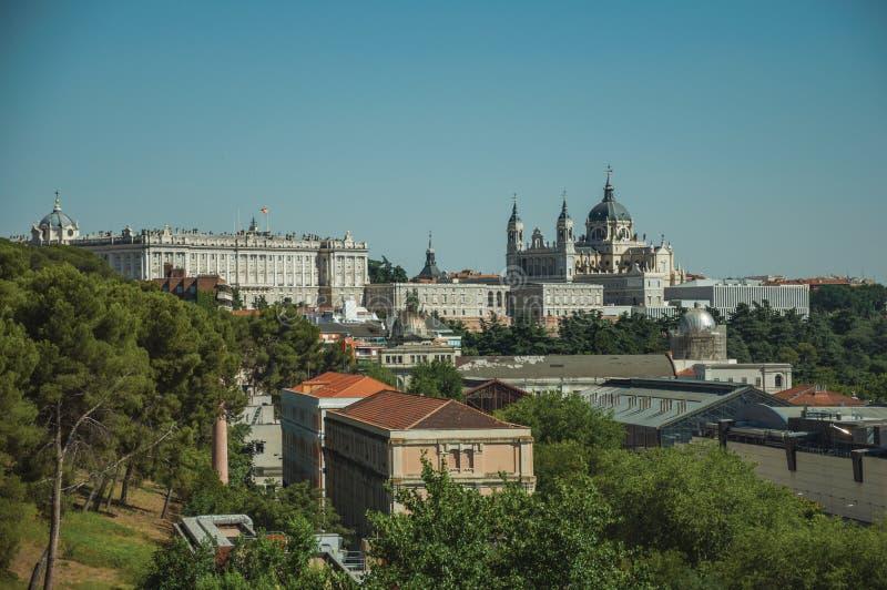 Royal Palace et Almudena Cathedral avec des bâtiments parmi des arbres à Madrid photo libre de droits