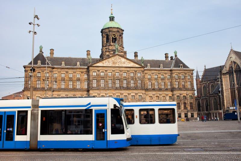 Royal Palace et trams à Amsterdam photos libres de droits
