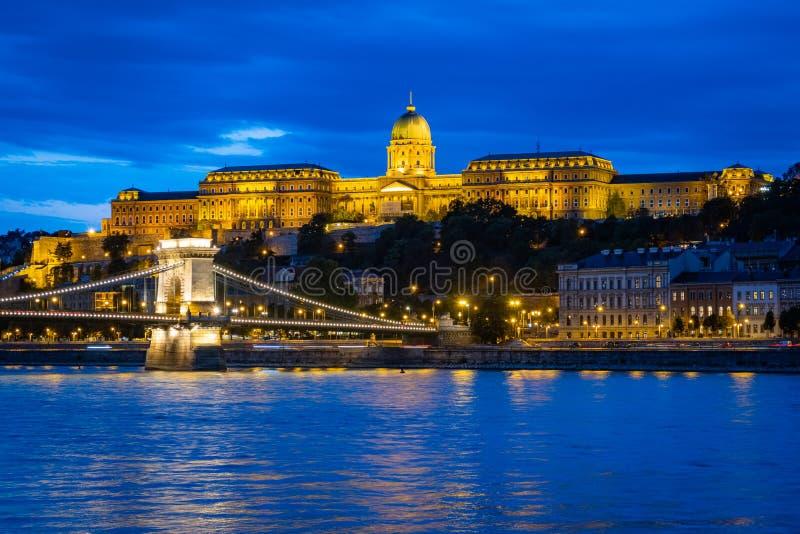 Royal Palace i Budapest på natten royaltyfri fotografi