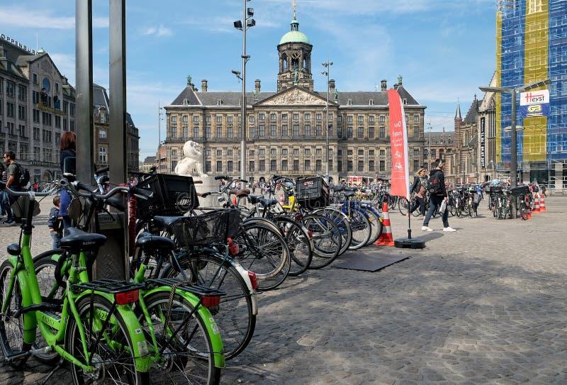 Royal Palace och cykelparkering i Amsterdam arkivbilder