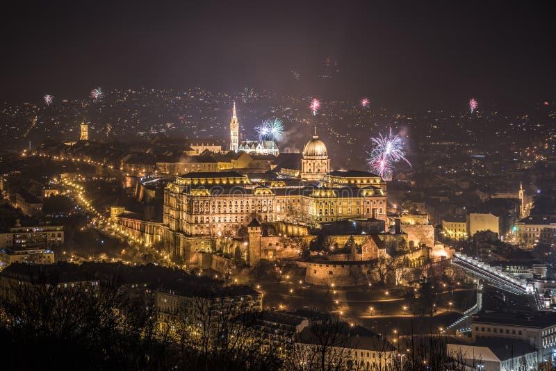 Royal Palace och fyrverkerier på natten i Budapest, Ungern royaltyfri fotografi