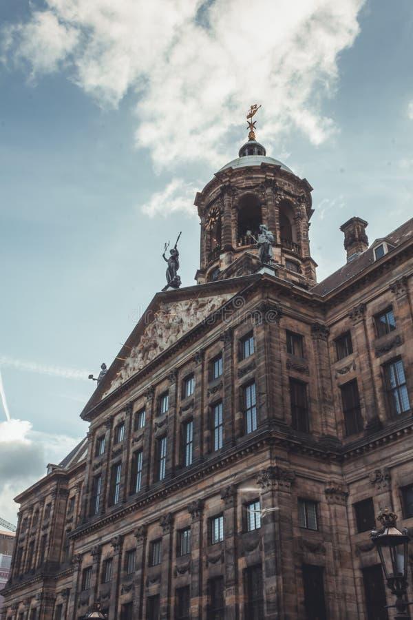 Royal Palace på fördämningfyrkanten, Amsterdam Det byggdes som stadshus under den holländska guldåldern i det 17th århundradet royaltyfri bild