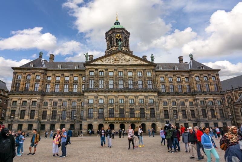 Royal Palace på fördämningfyrkanten, Amsterdam, Nederländerna arkivfoto