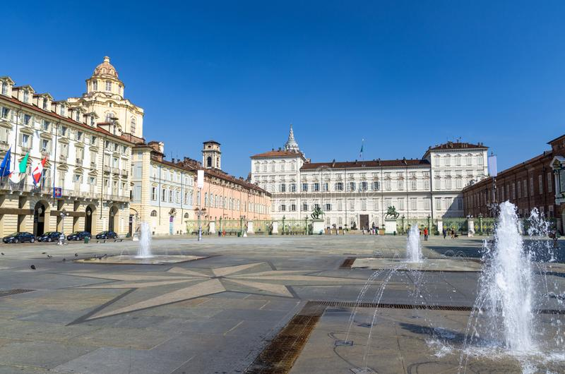 Royal Palace Palazzo Real i San Lorenzo kościelny budynek, Torino miasto z jasnym niebieskim niebem, Podgórskim, Włochy zdjęcia royalty free