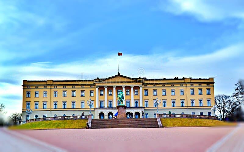 Royal Palace primavera de 2017 em Oslo, Noruega no meio do dia - fotos de stock royalty free