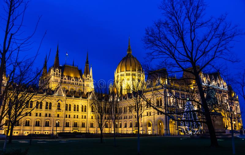 Royal Palace, slotten, som inhyser den ungerska National Gallery och framlägger värdefulla utställningar i natten som in tänder fotografering för bildbyråer