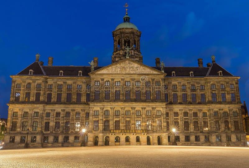 Royal Palace w Amsterdam na Grobelnym kwadracie w wieczór Holandie zdjęcia royalty free