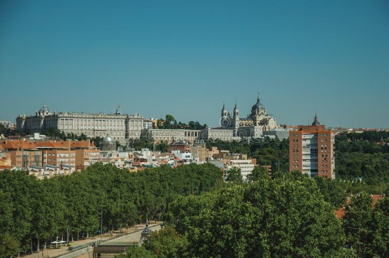 Royal Palace y Almudena Cathedral con los árboles del jardín en Madrid foto de archivo libre de regalías