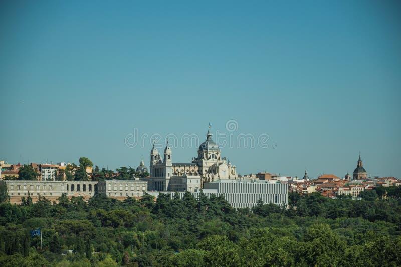 Royal Palace y Almudena Cathedral con los árboles en Madrid fotos de archivo libres de regalías