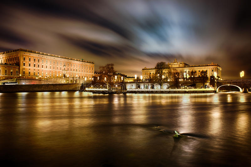 Royal Palace y casa del parlamento en Estocolmo fotos de archivo