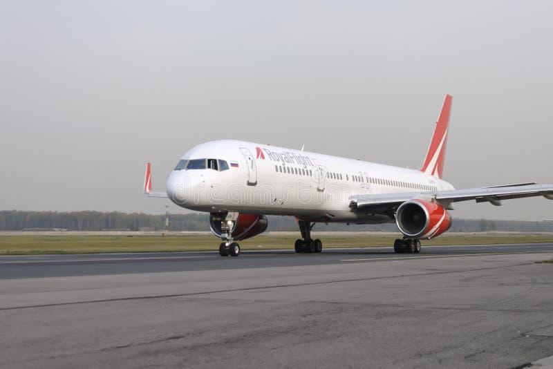 RoyalFlight mit einem Taxi fahrendes Boeing 757 stockfotografie