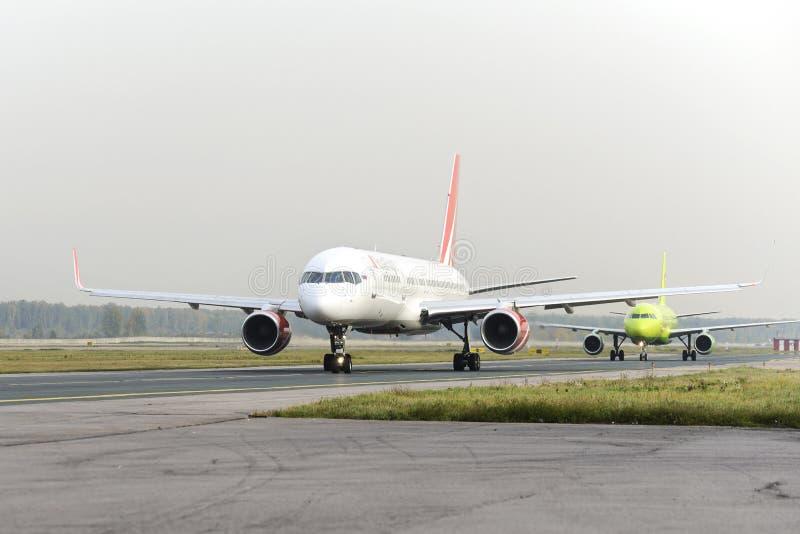 RoyalFlight mit einem Taxi fahrendes Boeing 757 stockbilder