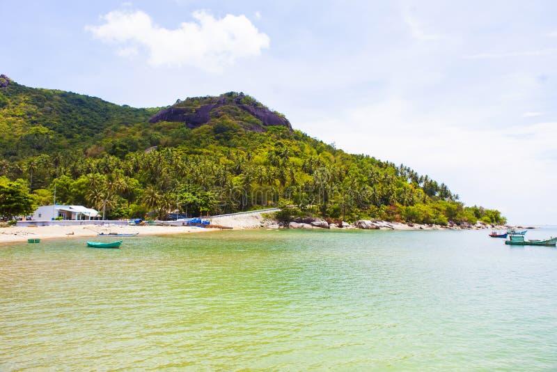 Royalty hoog - beeld van de kwaliteits het vrije voorraad van boten bij Nha-strand op Zoonseiland, Kien Giang, Vietnam Dichtbij h stock afbeeldingen