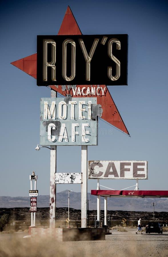 Roys kafé och motell undertecknar in Amboy, längs Route 66 royaltyfri foto
