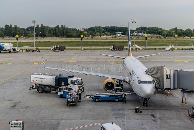 Rozładunkowy bagaż od Boeing samolotu po lota fotografia stock