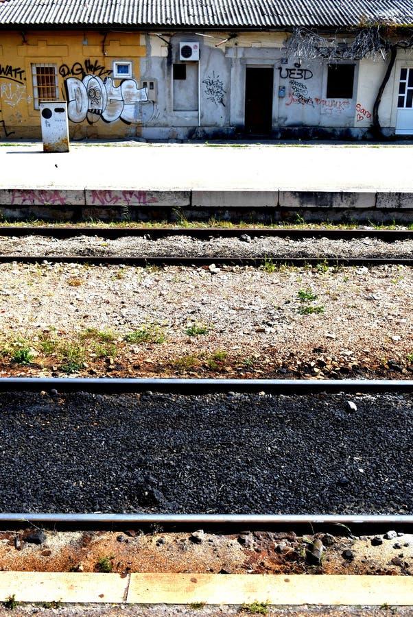 Rozłam Chorwacja, Kwiecień, - 22 2019: pionowo sekcja widok nad kolejowymi śladami zdjęcia stock