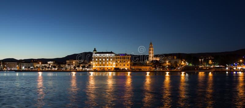 Rozłam, Chorwacja nocy panoramiczny widok fotografia stock