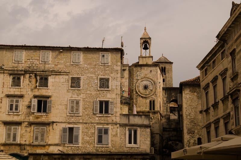 Rozłam, Dalmatia, Chorwacja; 09/07/2018: Rynek australia miasta zegaru sala lokalizowa? Perth western basztowego grodzkiego Średn obraz stock