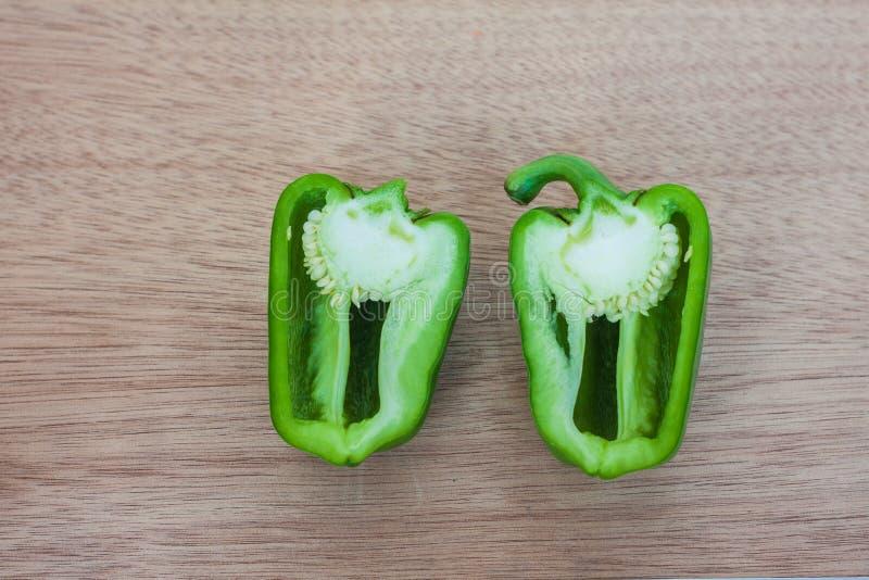 Rozłupany zielony słodki pieprz fotografia stock