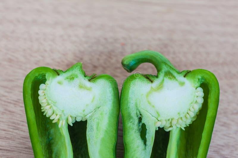 Rozłupany zielony słodki pieprz obrazy royalty free
