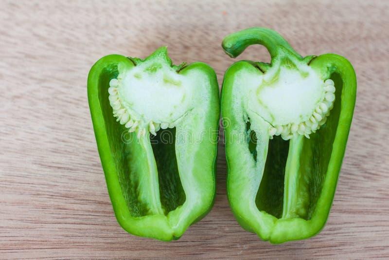 Rozłupany zielony słodki pieprz fotografia royalty free