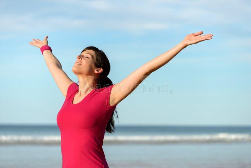 Szczęśliwe sprawności fizycznej kobiety dźwigania ręki zdjęcie royalty free