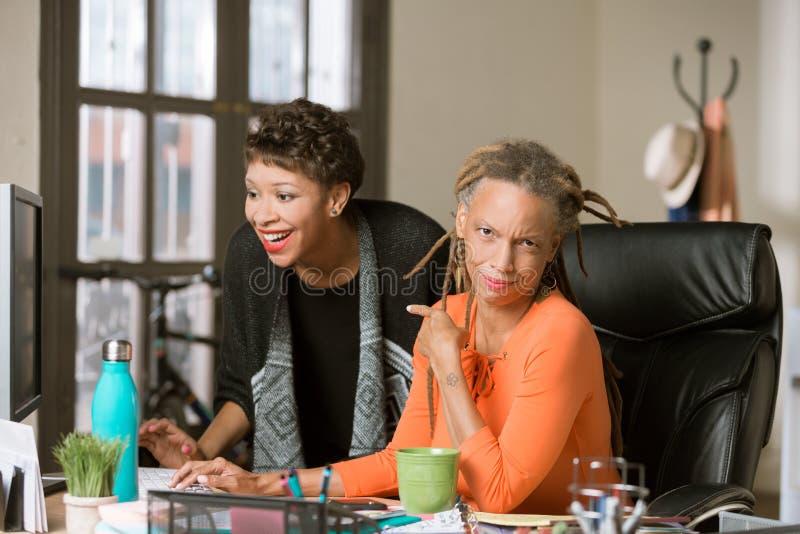 Rozbawiona kobieta Reaguje Rozros?y Coworker obrazy stock