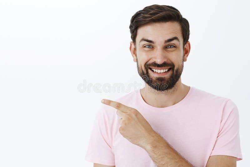 Rozbawiony radosny, zadowolony entuzjastyczny młody człowiek z brodą i niebieskie oczy roześmiani i one uśmiechają się szeroko ja fotografia stock