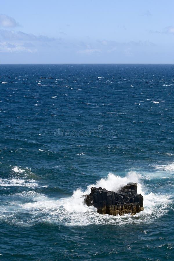 rozbić rockowe przeciwko fala morza zdjęcia royalty free