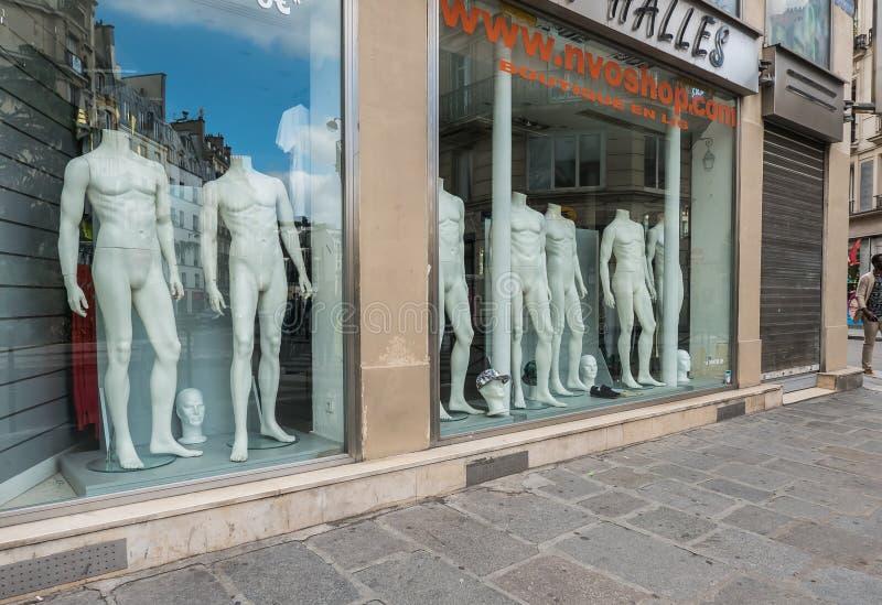 Rozbierający się męscy mannequins w Paryskim sklepu okno zdjęcia stock