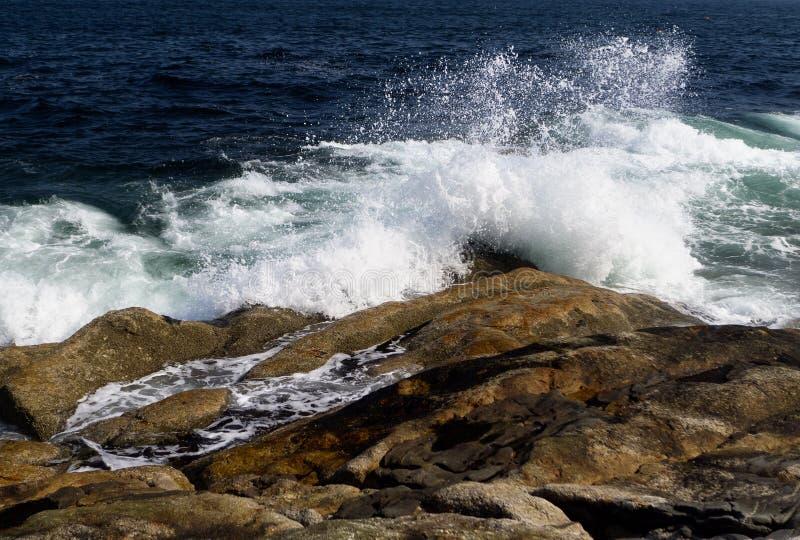 Rozbijać macha na powulkanicznej skale obraz royalty free