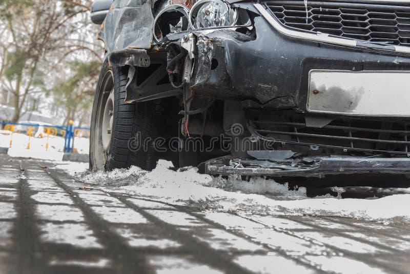 Rozbija łamanego samochód w zimie na drodze pod śniegiem fotografia royalty free