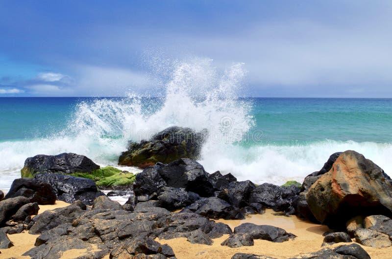 Rozbijający Macha na Lawowych skałach, sekret plaża, Kauapea, Kauai, Hawaje, usa obrazy stock