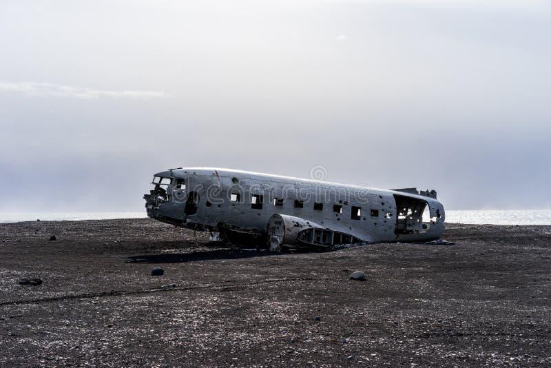 Rozbijający wojsko usa samolot na czarnej piasek plaży w Iceland fotografia royalty free