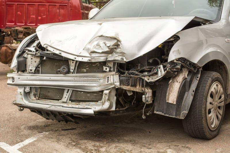 rozbity samochód Biały samochód po trzaska Ośniedziały zderzak fotografia stock