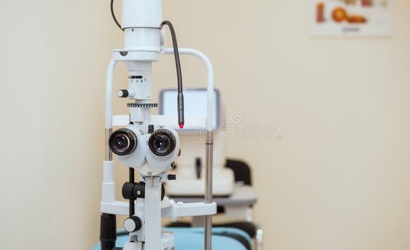 Rozchylenie lampa Biomicroscope lornetki Oczny wyposażenie Zamyka up, selekcyjna ostrość tło zamazywał opieki pojęcia twarzy zdro zdjęcie stock