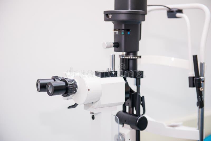 Rozchylenie lampa Biomicroscope lornetki Oczny wyposażenie Zamyka up, selekcyjna ostrość tło zamazywał opieki pojęcia twarzy zdro obraz royalty free