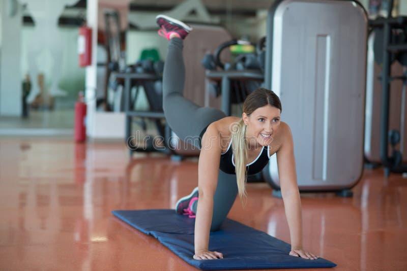 Rozciągający pilates ćwiczy w sprawności fizycznej studiu obrazy stock