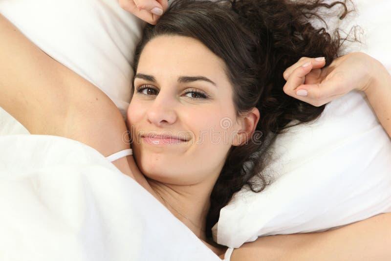 rozciąganie łóżkowa łgarska kobieta obrazy royalty free